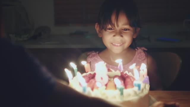 快樂女孩在家裡慶祝她的生日派對 - 週年紀念 個影片檔及 b 捲影像