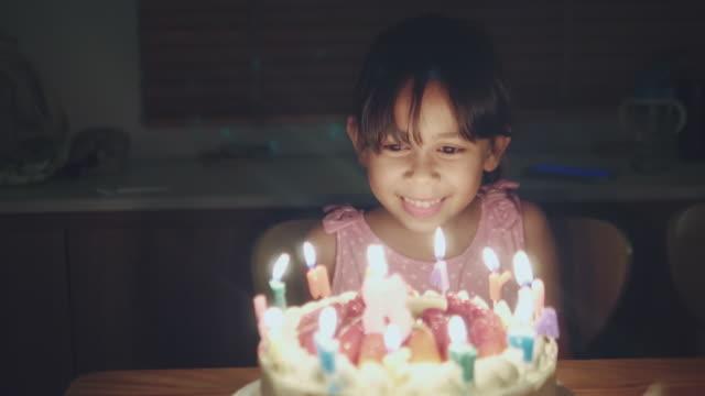 vídeos de stock, filmes e b-roll de feliz menina comemorando sua festa de aniversário em casa - birthday