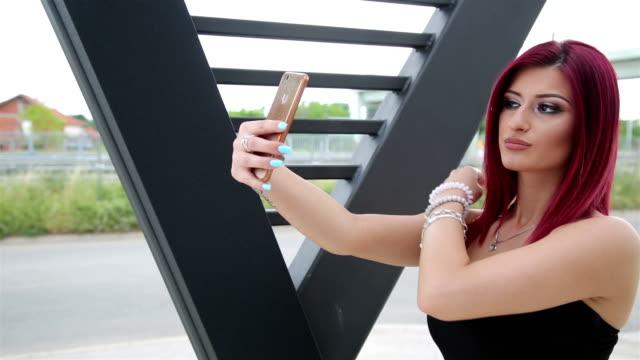 glückliches mädchen selfie mit einer kamera zu tun - sexy teen stock-videos und b-roll-filmmaterial