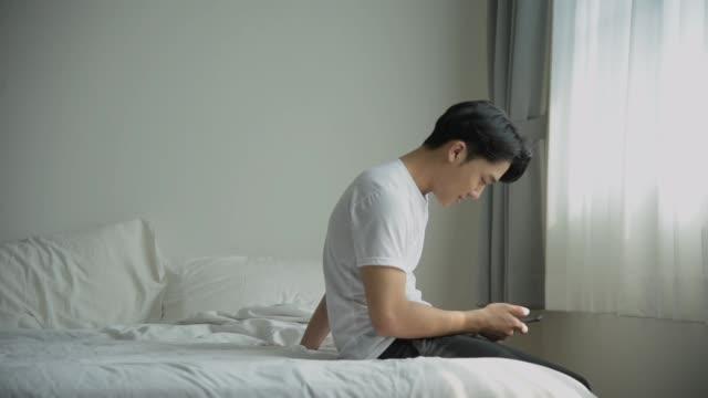 vídeos y material grabado en eventos de stock de feliz chica abrazo hombre desde atrás en el dormitorio - citas románticas