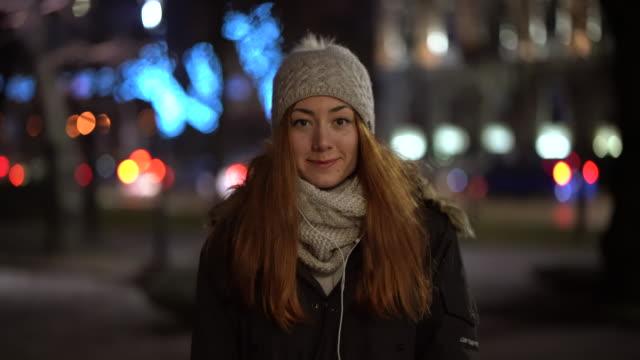 vidéos et rushes de fille heureuse dans la ville pendant la nuit - saluer de la main