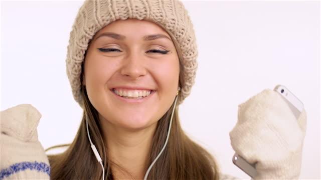 vídeos de stock, filmes e b-roll de menina feliz ouvir música e trilhei - mitten