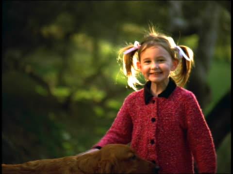 stockvideo's en b-roll-footage met happy girl loving golden retriever - haaraccessoires