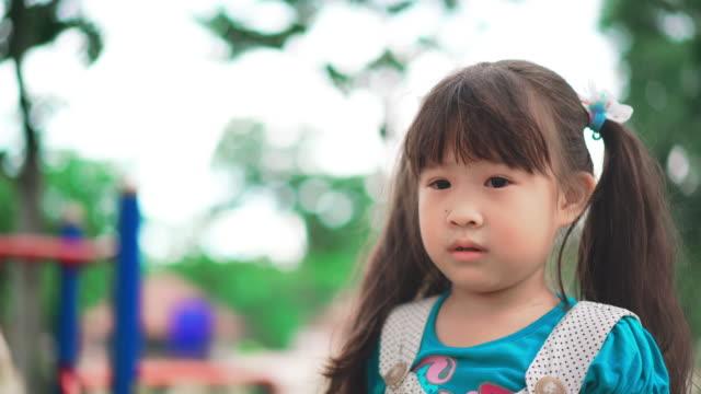 遊び場で遊ぶ幸せな女の子 - 校庭点の映像素材/bロール