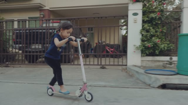 スクーターに乗って幸せな女の子 - ユーラシアエスニシティ点の映像素材/bロール