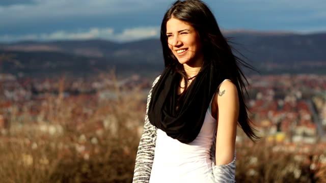 壮観な風景で笑っている幸せな女の子 - landscape scenery点の映像素材/bロール