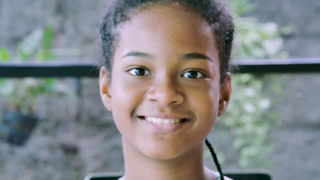 stockvideo's en b-roll-footage met gelukkig meisje glimlachend op camera, tiener rechten. - looking at camera