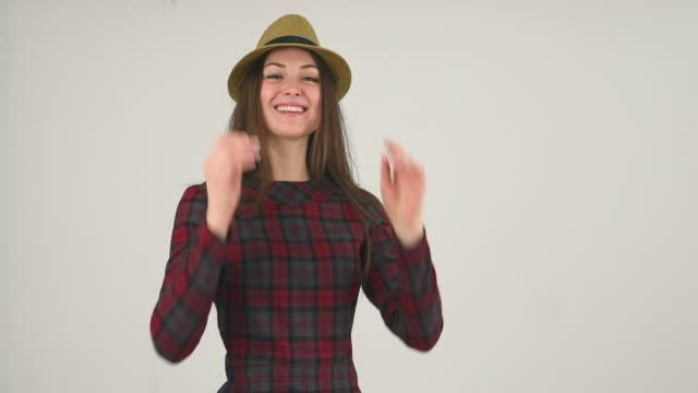 felice ragazza indossa cappello - gara sportiva individuale video stock e b–roll