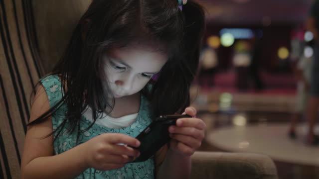vídeos de stock e filmes b-roll de happy girl with smartphone - pequeno