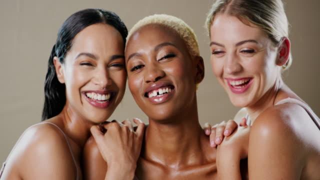vídeos de stock, filmes e b-roll de as meninas felizes têm os melhores sorrisos - três pessoas