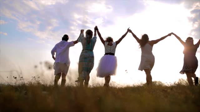 glückliche mädchen spaß gute zeit im freien laufen und springen - religion stock-videos und b-roll-filmmaterial