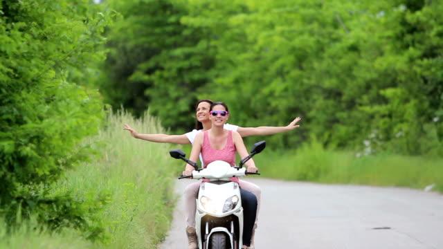 glückliche mädchen reiten roller - motorroller stock-videos und b-roll-filmmaterial