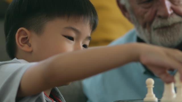 幸せな祖父は孫と素晴らしい時間を持つ - 自閉症点の映像素材/bロール