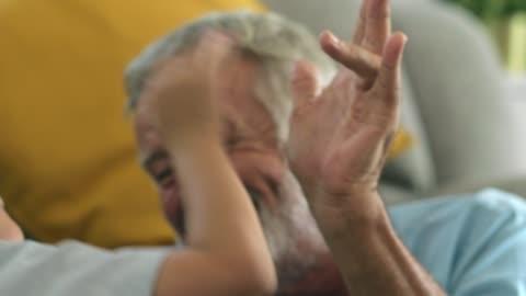 vídeos y material grabado en eventos de stock de feliz abuelo pasando un buen rato con su nieto - enfermedad de alzheimer