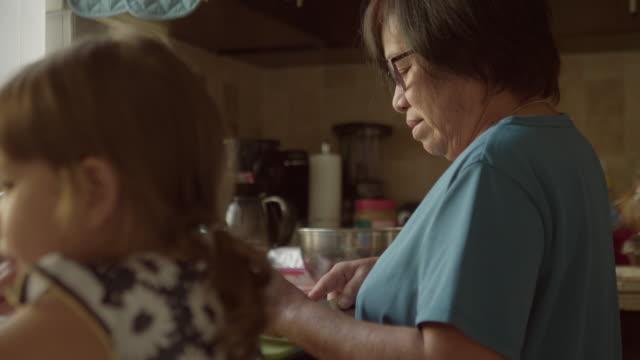 Grand-mère heureuse mélange mélange petite fille debout en dehors de lui