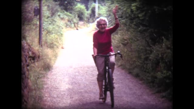 vidéos et rushes de 1973 happy grandma on bike in french countryside - grand mère