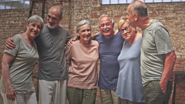 Gelukkig groep voor actieve senioren na de yogales