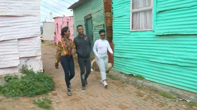 Gelukkige groep van Afrikaanse mensen lopen samen