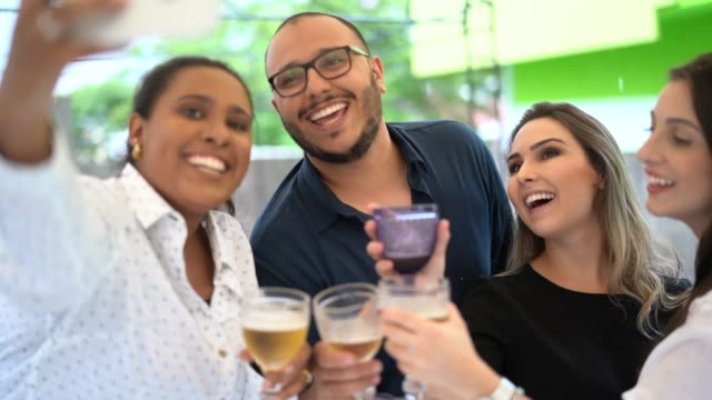 vídeos de stock e filmes b-roll de happy group of friends taking a selfie on happy hour - 25 29 anos