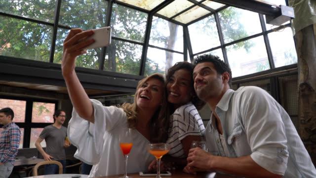 Gelukkig groep vrienden nemen van een selfie met een smartphone