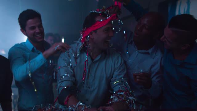 vídeos de stock, filmes e b-roll de feliz grupo de homens em uma festa de despedida de solteiro - stripper