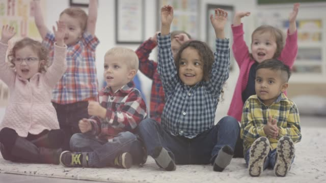 vídeos y material grabado en eventos de stock de feliz grupo de alumnos de preescolar sentados en clase - escuela preescolar