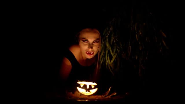 vídeos y material grabado en eventos de stock de happy halloween. - vampiro