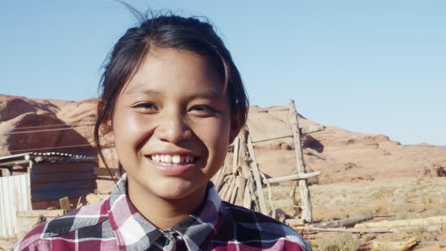 vídeos y material grabado en eventos de stock de una feliz y saludable alegre y sonriente chica nativa americana de doce años mirando a la cámara y quitándose su máscara covid-19 que usó para aplanar la curva y frenar la propagación del virus corona - 12 13 años