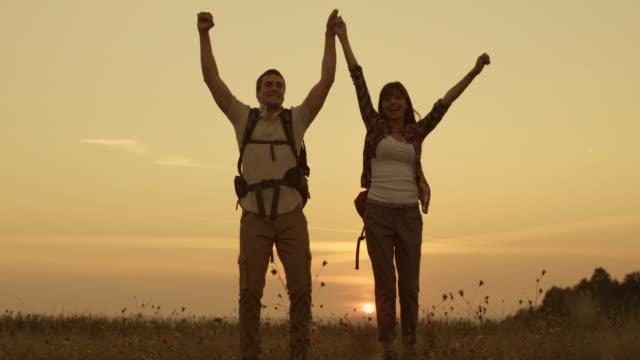 vídeos y material grabado en eventos de stock de feliz hikers salto - ganar