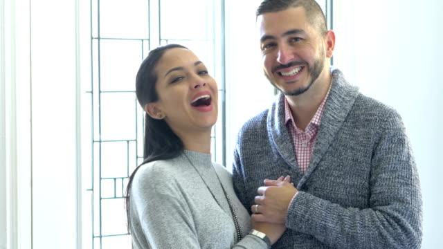 vidéos et rushes de couples hispaniques heureux restant ensemble à l'intérieur de la maison - joie
