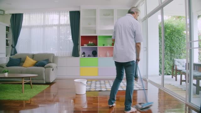 vídeos de stock, filmes e b-roll de feliz marido da casa. - chão