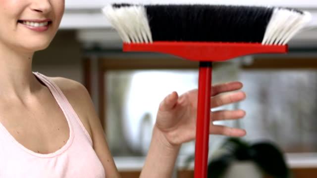 stockvideo's en b-roll-footage met hd dolly: happy housecleaner with a broom - beschermende handschoen