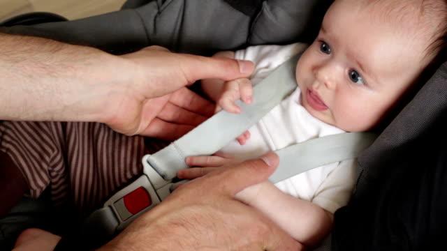 happy im kindersitz - sicherheitsgurt sicherheitsausrüstung stock-videos und b-roll-filmmaterial
