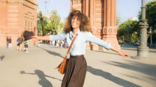 happy in barcelona - cool und lässig stock-videos und b-roll-filmmaterial