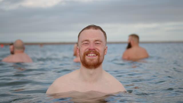 vidéos et rushes de heureux dans la mer - jeune d'esprit