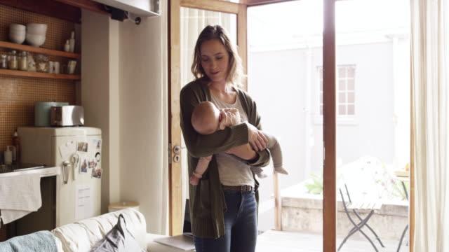 happy ist das zuhause mit einem baby - junge familie stock-videos und b-roll-filmmaterial