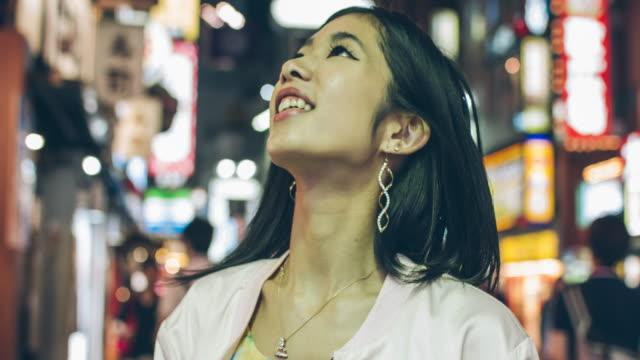 幸せな日本の若い女性 - standing点の映像素材/bロール