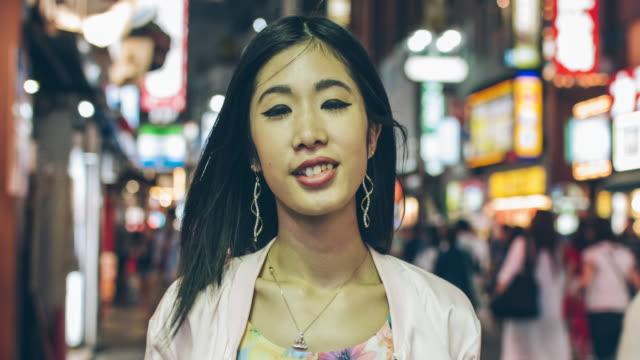 Glückliche junge Japanerin
