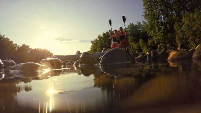 vídeos de stock e filmes b-roll de caiaque feliz a acenar com a câmara - kayak