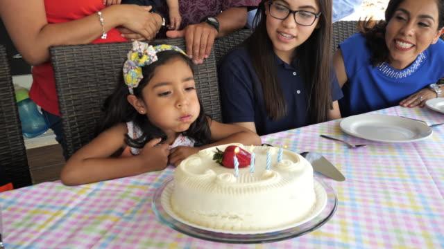 glückliche lateinische familie feiert den geburtstag der jungen mädchen zu hause. - familie mit vier kindern stock-videos und b-roll-filmmaterial