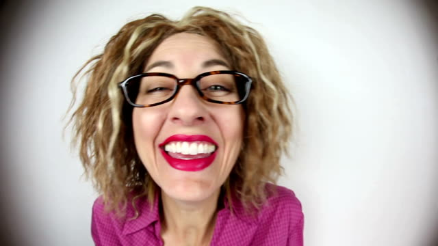 glücklich lachende fisheye frau - weitwinkel stock-videos und b-roll-filmmaterial