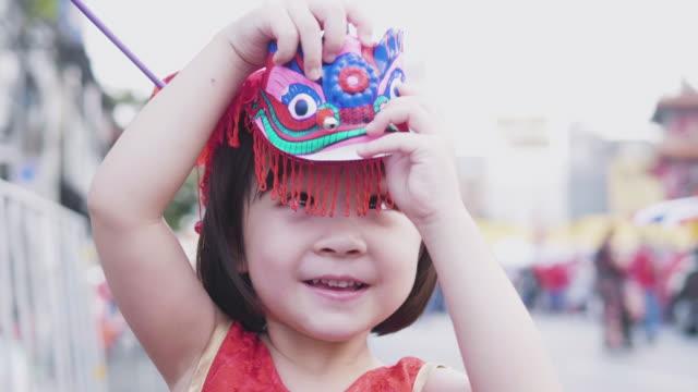 stockvideo's en b-roll-footage met gelukkig aziatische meisje celebrating chinees nieuwjaar - chinees nieuwjaar