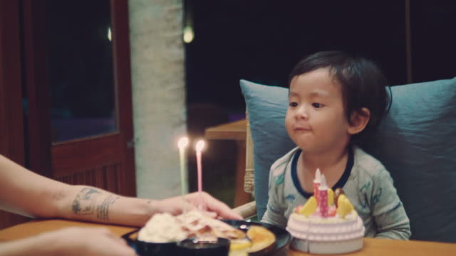誕生日ケーキのろうそくを吹き幸せの小さな男の子 - 生後18ヶ月から23ヶ月点の映像素材/bロール