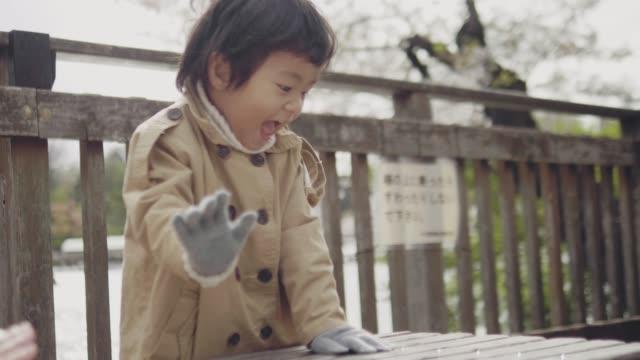 vidéos et rushes de heureux, petit garçon jouant dans le stationnement - 2 3 ans