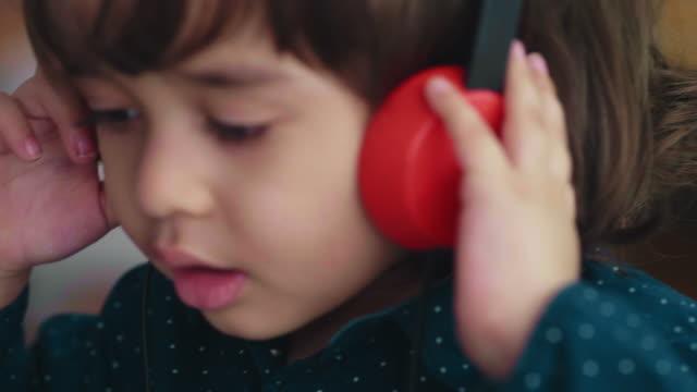 vídeos de stock e filmes b-roll de happy little boy with listen to music - rádio