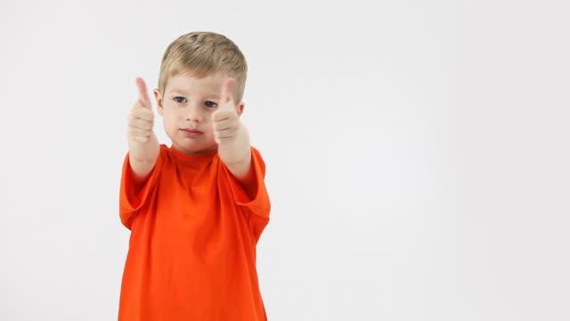 vídeos de stock e filmes b-roll de rapaz feliz com polegares para cima - mostrar