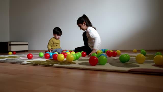 vídeos de stock, filmes e b-roll de crianças felizes brincando com colorido - irmão