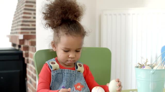 hd:ハッピー小さな女の子絵画イースターエッグ - 生後18ヶ月から23ヶ月点の映像素材/bロール