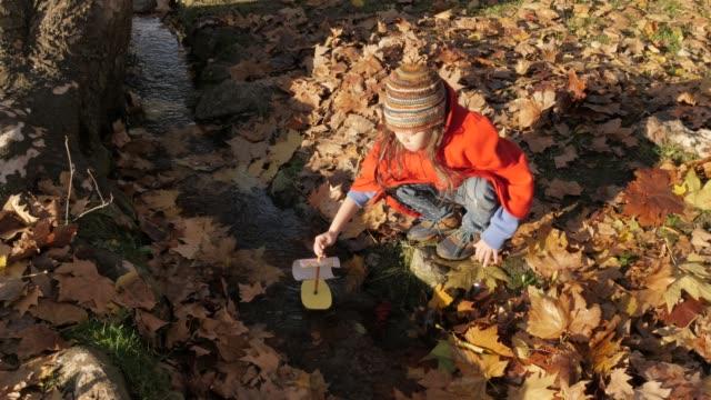 vidéos et rushes de bonne petite fille jouant dans le parc. bons souvenirs de ses jeunes jours - genderblend