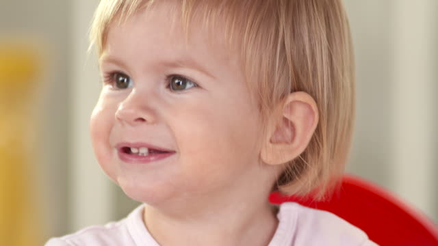 vidéos et rushes de hd: fillette heureuse - 18 23 mois